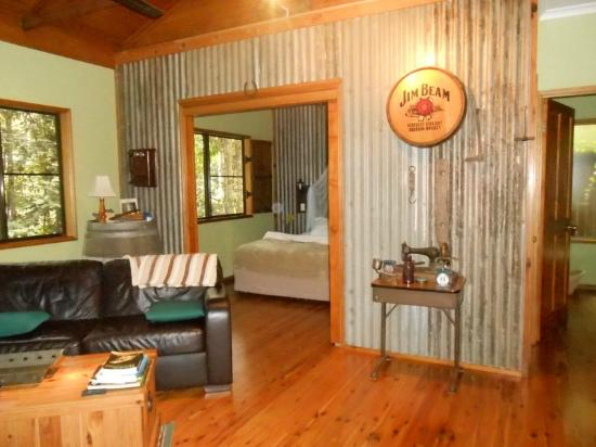Crater Lakes Rainforest Cottages: Pioneer style decor