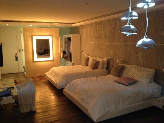 Be Playa Hotel: Vista desde el fondo junior suite con jacuzzi