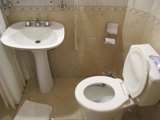 Hosteria Sur: More bathroom