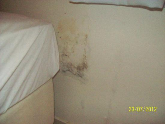 El Parador Pousada: Manchas de humedad detrás de la cama