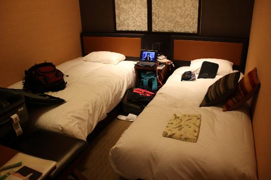 Hearton Hotel Kitaumeda: Our room. You need some flexible suitcase to slip in that place.
