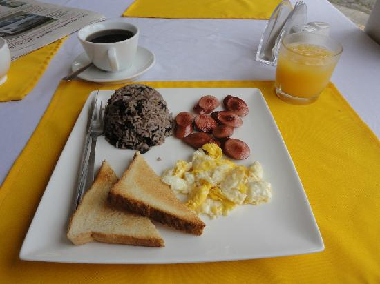 Hotel Catedral Casa Cornejo: Egg, salchicha and gallo pinto for breakfast