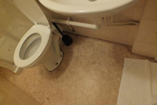 Stratford Hotel: Grubby bathroom