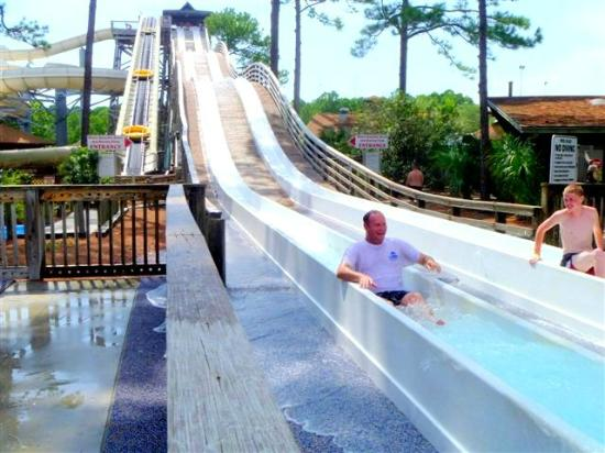 Shipwreck Island Waterpark: Speed slide and on the left are the family rafts for white knuckle.