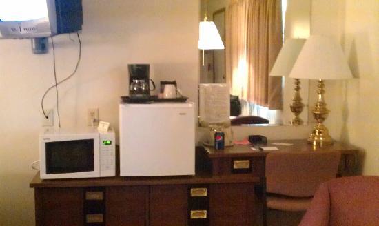 Paintbrush Motel: Appliances, desk, & cable tv