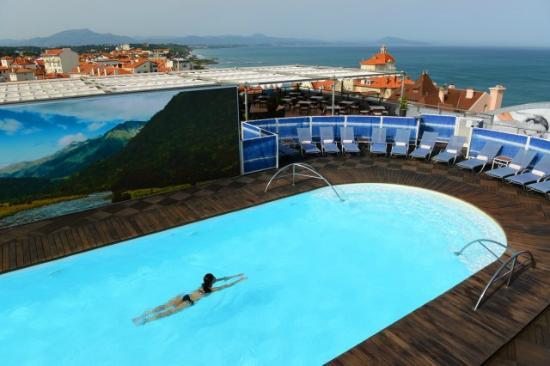 Piscine et terrasse hotel radisson biarritz picture of for Piscine biarritz