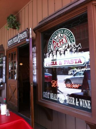 Pete's Rocky Mountain Pizza Company : View from street/outside seating