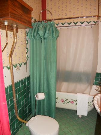 Farnsworth House Inn: bathroom in Sweney room