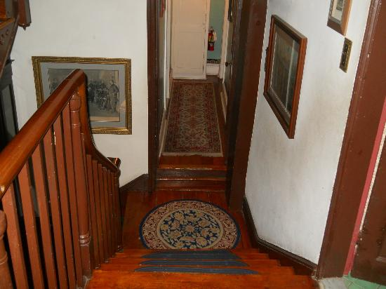 Farnsworth House Inn: Hallway where Sweney room is