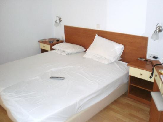 Hotel Filoxenia Beach: Wygodne łóżko i szafki nocne