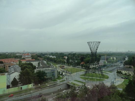 The Westin Grand Munchen: Vista de la Effnerplatz (donde está la parada de tranvía) desde la habitación