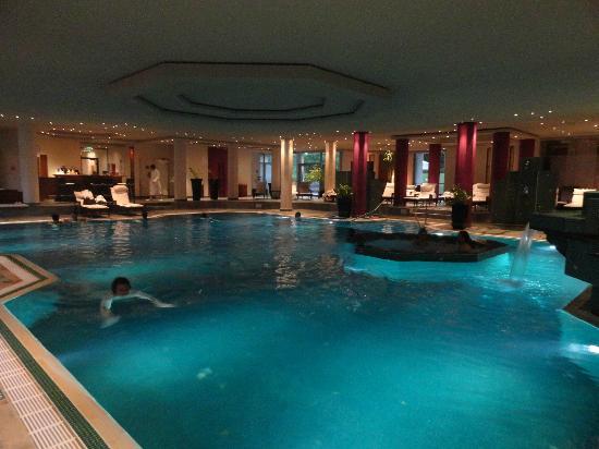 The Westin Grand Munchen: Gran piscina, con pequeña cafetería. Horario amplio (julio, 2012 - 6:30-23).