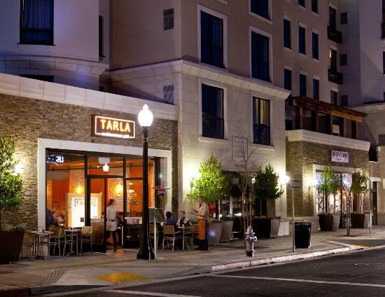 Tarla Mediterranean Bar & Grill: outdoor seating