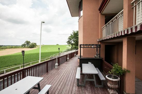 Red Roof Inn Lancaster: Patio Deck W/ Picnic Tables
