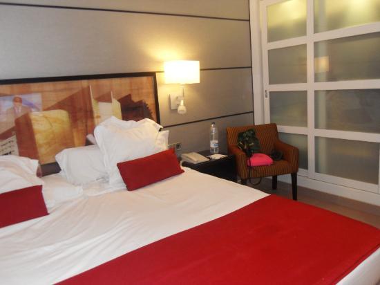Hotel H10 Universitat: Bed area