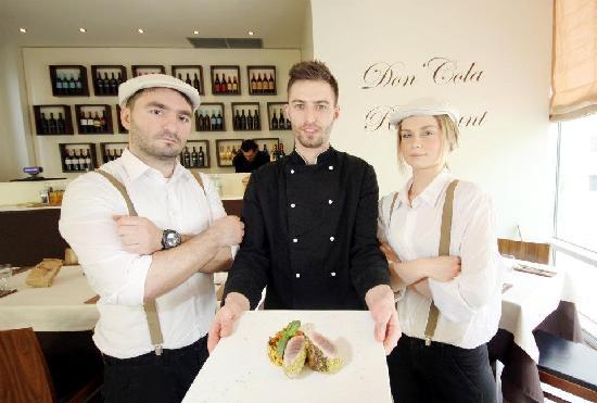 Don Cola Cafe & Restaurant: lo staff in coppola e bretelle