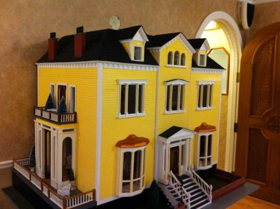 Waverley Inn: Dollhouse replica of the Inn