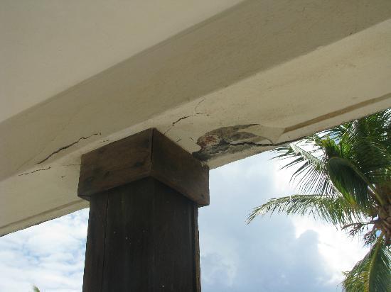 Sapphire Beach Resort: Concrete beam falling apart