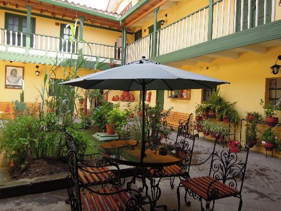 Amaru Hostal: Premier patio de l'hôtel