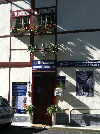 Au Berceau De Bernadette : vue de l'entrée de la résidence
