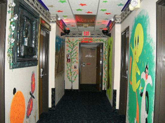 Super 8 Gurnee: 1st floor hallway without blacklight.
