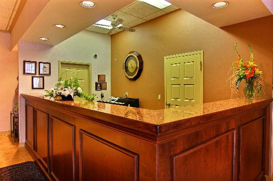 Quality Inn & Suites: Reception Desk