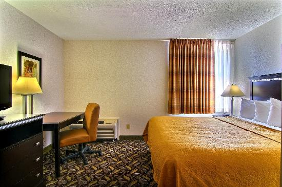 Quality Inn & Suites: King Suite Bedroom
