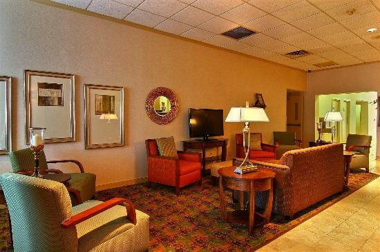 Quality Inn & Suites: Lobby waiting area