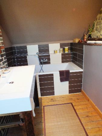 Les Chaufourniers: Parents' soaking tub and sink area