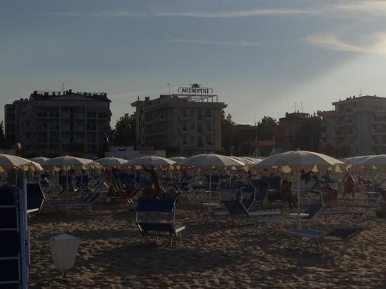 Hotel Metropole: L'HOTEL VISTO DALLA SPIAGGIA