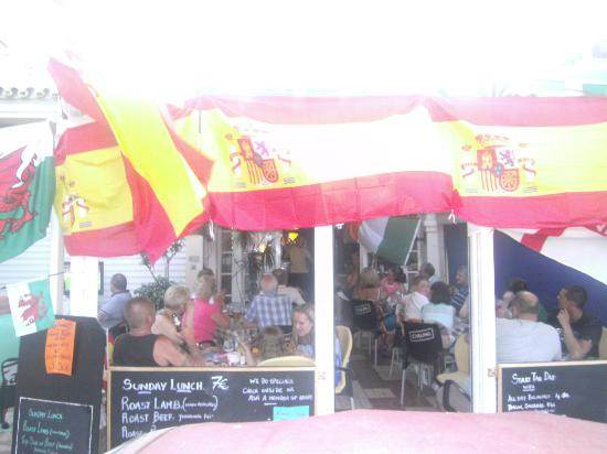 Lazy Days Bar and Restaurant: fantastic nighf at lazy days always covering every thing from soaps to footall ect