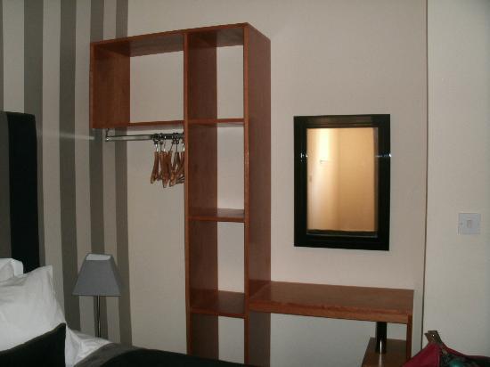 Kensington House Aparthotel: master bedroom storage space