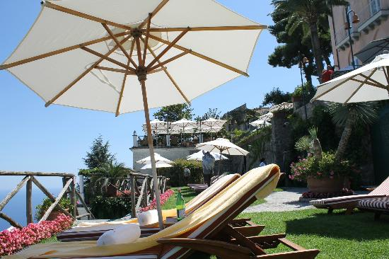 Palazzo Avino: sunning chaises near the pool