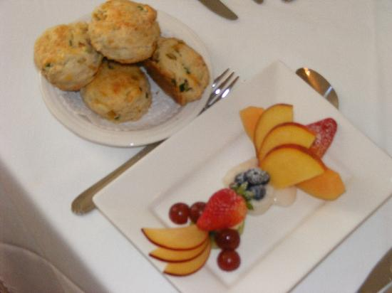 ‪دوجان بليس هيريتيدج إن: Laura's scones and Tony's fruit plate