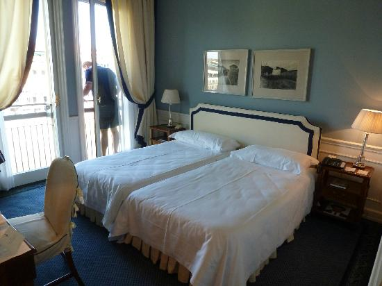 Hotel Lungarno: that was a joke! they couldn't at least make it look like one bed?