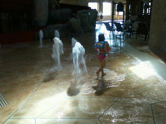 Holiday Inn Express Hotel & Suites Brainerd-Baxter : little ones love the floor fountains