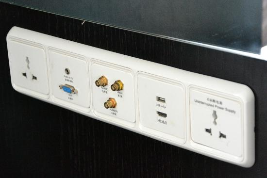 هوليداي إن بكين فوكس سكواير: room wall plugs towards tv