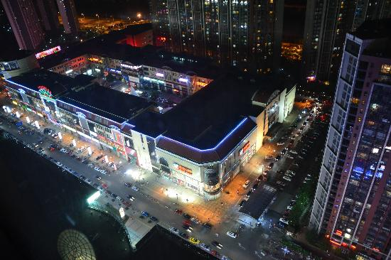 Holiday Inn Beijing Focus Square: market at night