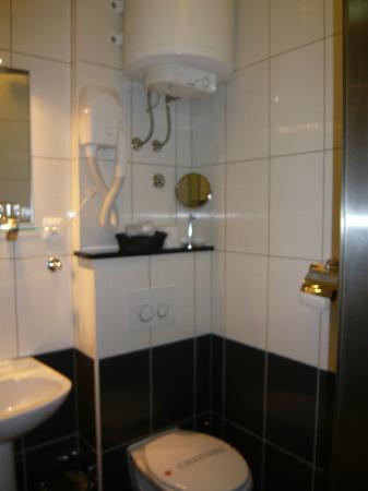 Boutique Apartments: とてもきれいなバスルームでした。上の白いのが、おそらくお湯のタンク 