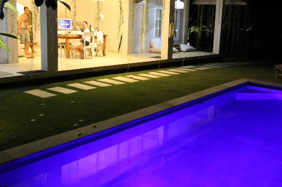 The Lodek Villas: Villa at night