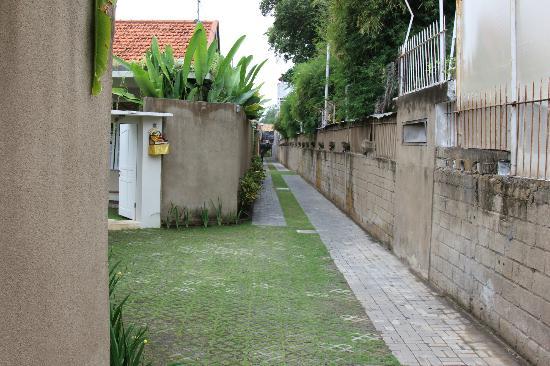 The Lodek Villas: Walkway towards main road