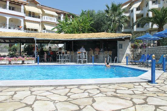 Adam's Hotel: Pool / Bar
