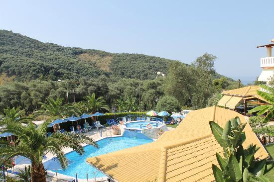 Adam's Hotel: Sicht auf den Pool aus unserem Zimmer