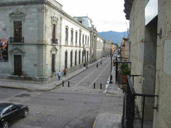 Hostel Alcala: Empty street view from room balcony in the a.m