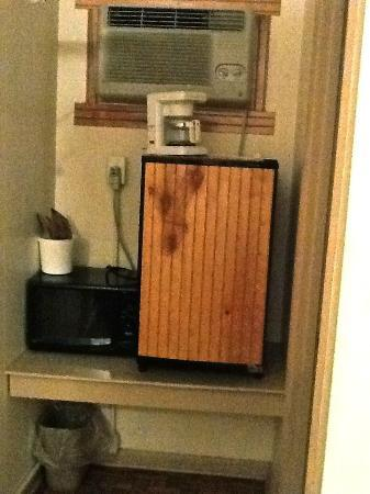 Oak Grove Motel: Kitchenette? Coffee maker right in front of dirty window unit AC