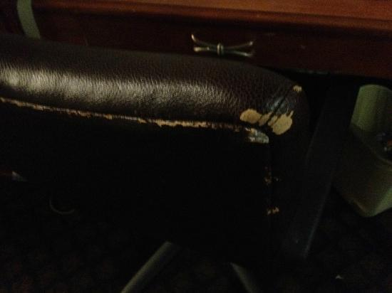 Hampton Inn Washington DC NoMa Union Station: Sillon de la habitacion. Gastado y en mal estado.
