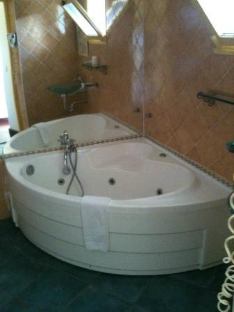 Tsilaosa Hotel and Spa: Air jet bathtub