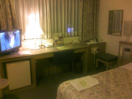 Hotel Keihan Kyobashi : 窓、デスクは広い