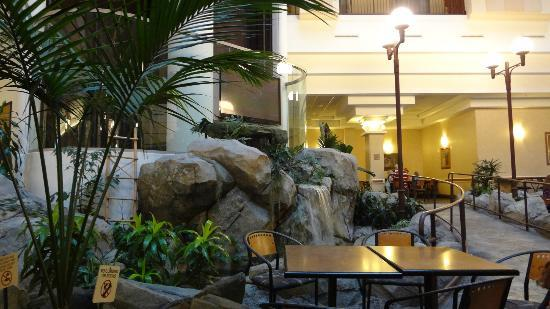 Embassy Suites by Hilton Anaheim - South: Eating area in atrium
