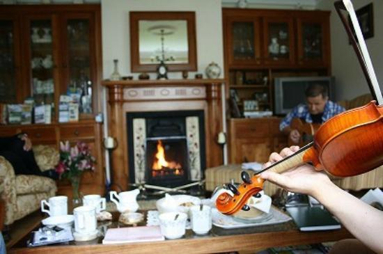 Tubbercurry, Irland: Little home session at dining room